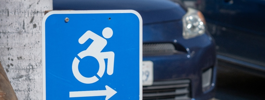 Wheel chair traffic sign pointing to the right in parking lot